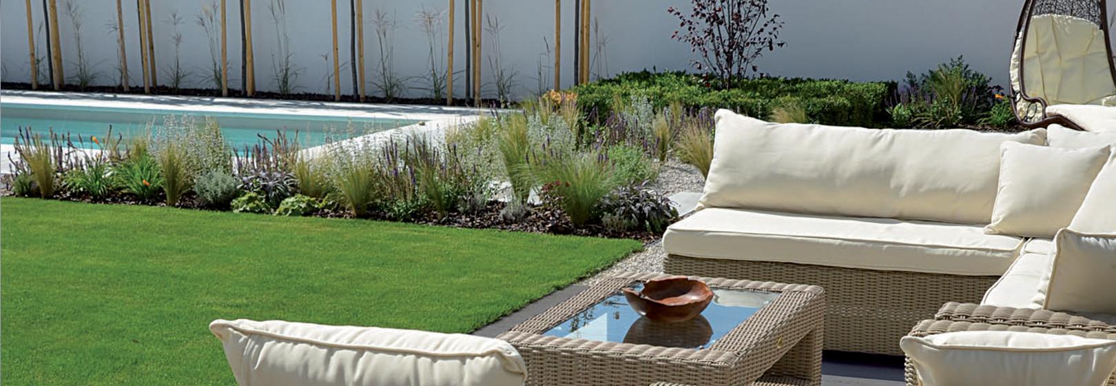ogród z meblami ogrodowymi