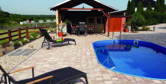 basen w ogrodzie z altaną