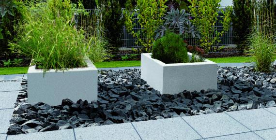 kwadratowe donice w ogrodzie