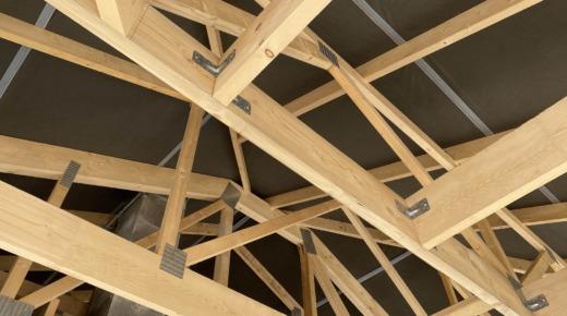 folia na dachu z drewnianą konstrukcją