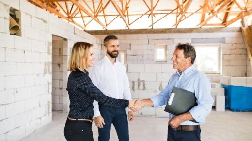 inwestorzy i inspektor nadzoru budowlanego na budowie