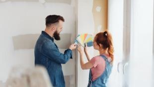 mężczyzna i kobieta wybierają kolory na ścianę