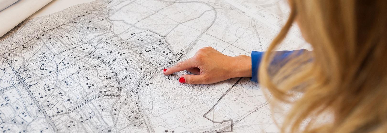 kobieta analizuje mapę