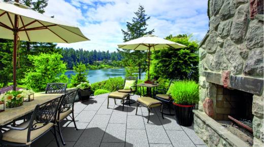murowany kominek ogrodowy, ławki i parasole