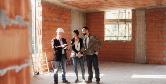 inwestorzy i inżynier na budowie