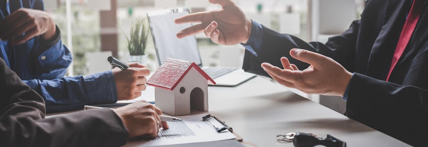 inwestorzy analizują miejscowy plan zagospodarowania przestrzennego z kierownikiem