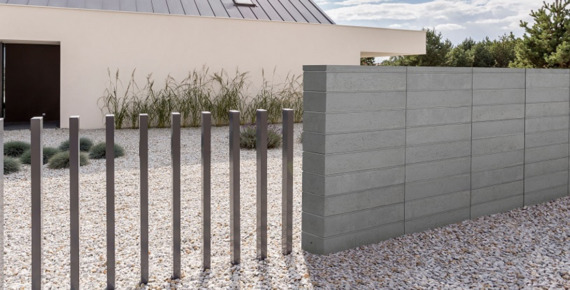 nowoczesne ogrodzenie z betonu i metalu