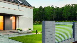 Nowoczesne szare ogrodzenie domu