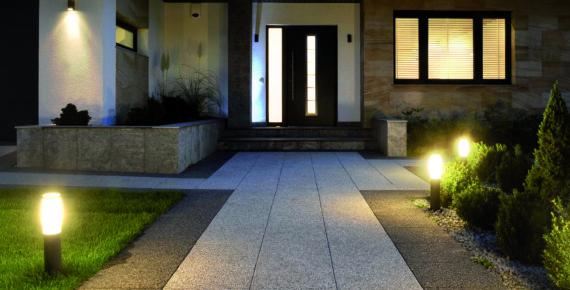 oświetlenie ogrodowe w nocy