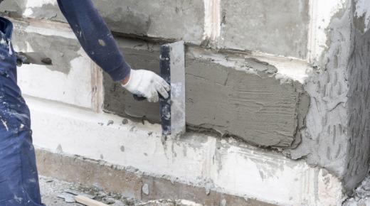 mężczyzna wzmacnia ściany fundamentowe