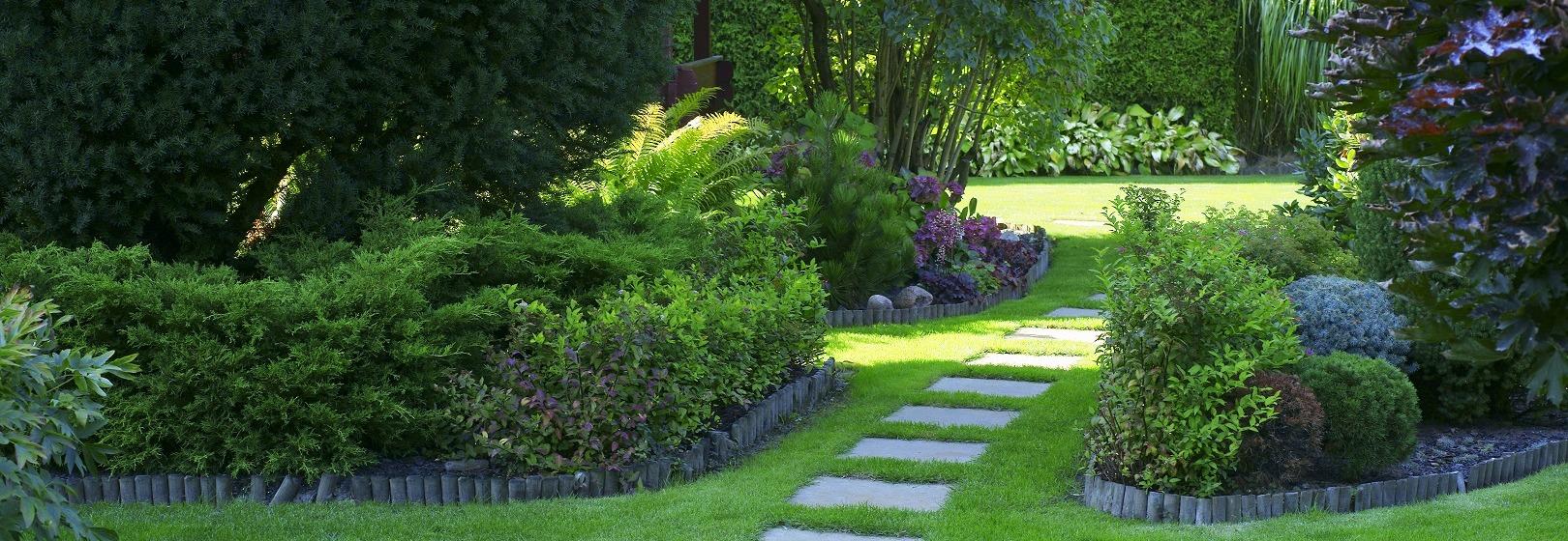 mały ogród z kamienną ścieżką