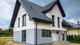 nowy dom z biało-szarą elewacją