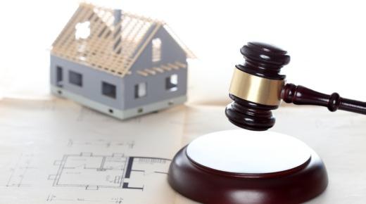 model budowy domu, projekt budowlany, młotek sędziego