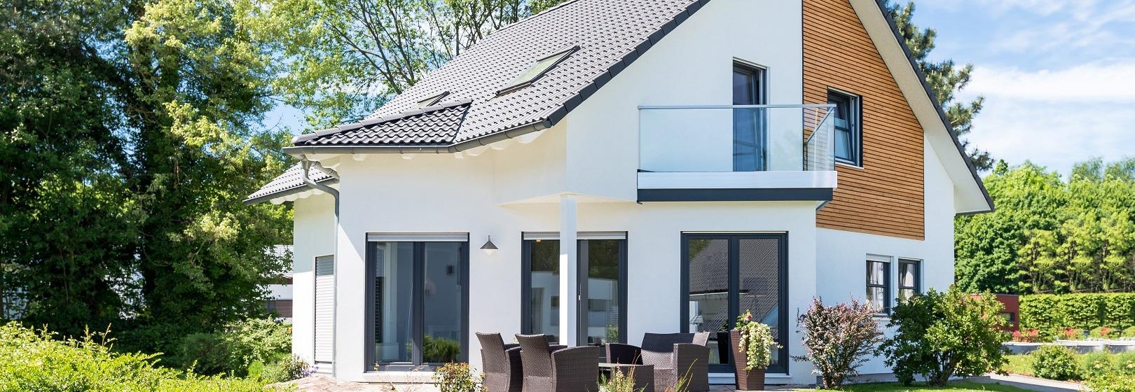 nowy dom z biało-drewnianą elewacją
