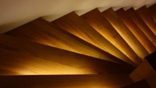 drewniane podświetlane schody zabiegowe