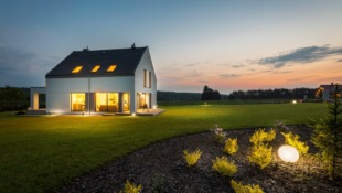 oświetlony nowy dom w nocy