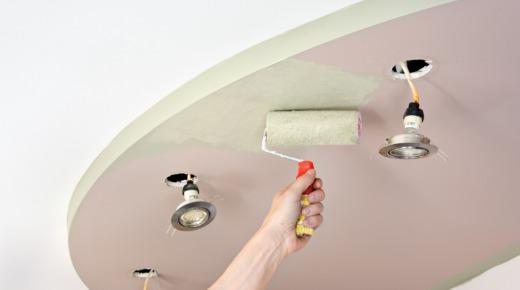 malowanie sufitu podwieszanego wałkiem