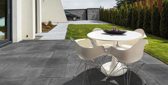 białe meble ogrodowe na nowoczesnym tarasie