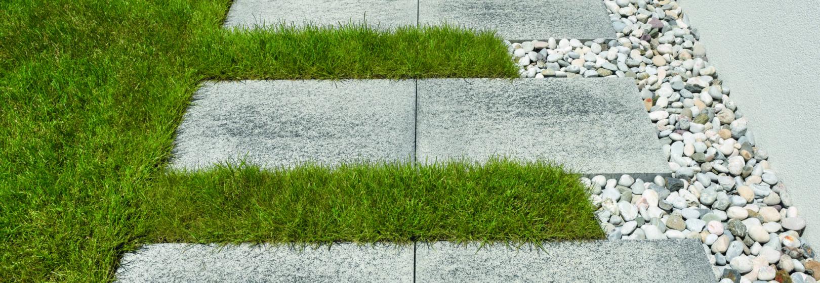 ściezka z kostek ułożona w trawniku