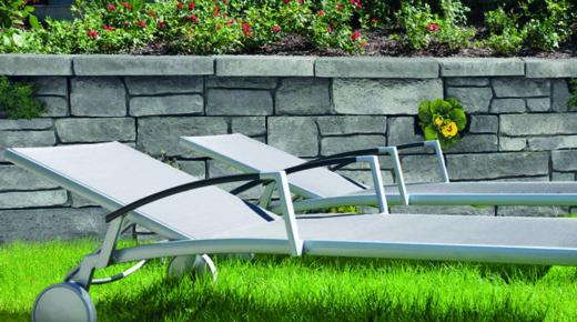 leżaki na trawniku