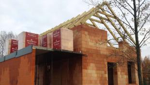 więżba dachowa na budowie